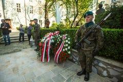 Polermedelsoldater på ceremoni av att lägga blommor till monumentet till Hugo Kollataj under ettårig växt polerar nationell och o Royaltyfria Foton