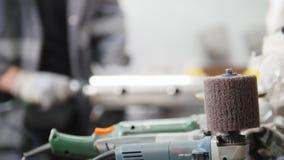 Polerować narzędzia przy fabryką zbiory
