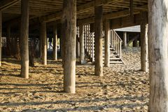 Poles av trähuset i dåliga Cadzand, Holland arkivfoto