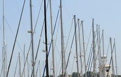 Poles och mastförlage av lyxiga förtöjde yachter och motoriska fartyg Arkivbilder