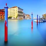 Poles och mjukt vatten på den Venedig lagun i Grand Canal. Lång exponering. fotografering för bildbyråer