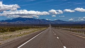 Poles vid vägen i Death Valley Royaltyfri Bild