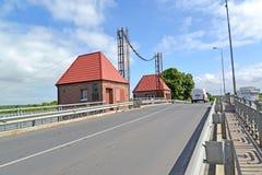 POLESSK,俄罗斯 与技术大厦的老可移动的桥梁`老鹰` 免版税图库摄影
