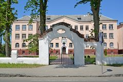 POLESSK, RUSLAND Decoratieve poort tegen de achtergrond van het bureaugebouw Stock Afbeeldingen