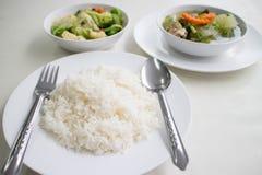 Polewka z i mieszany warzywo smażący słuzyć z białymi ryż Zdjęcie Royalty Free