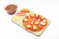 Polewy kiełbasa, ananas i krab, wtykamy na pizzy cieście [isolat Zdjęcia Stock