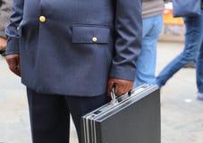 poli corrupto con una maleta llena de dinero foto de archivo