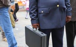 poli corrupto con una maleta llena de dinero imagenes de archivo