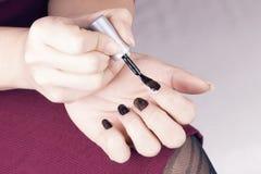 Poli de femme ses ongles Images stock