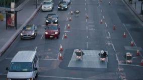 Poli de tráfico del oficial de policía que dirige los coches en cruces adentro en el centro de la ciudad, Los Ángeles El oficial  almacen de metraje de vídeo