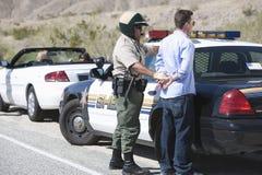 Poli de tráfico maduro que arresta al hombre envejecido centro Fotografía de archivo
