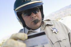 Poli de tráfico que sostiene la licencia fotos de archivo libres de regalías