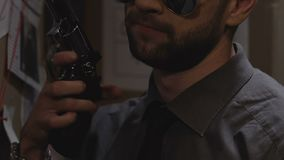 Poli experimentado con el arma que sale de la comisaría de policías, prevención de la delincuencia, ley y orden almacen de metraje de vídeo
