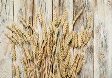 Polia das orelhas do trigo na tabela de madeira Imagens de Stock Royalty Free