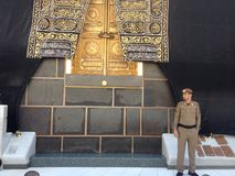 Policía árabe cerca de la puerta de Kaaba foto de archivo libre de regalías