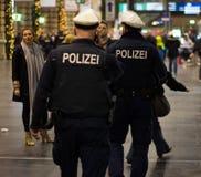 Policía alemana en la noche Fotos de archivo