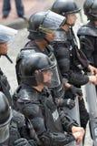 Policía antidisturbios con los escudos en Ecuador Fotos de archivo