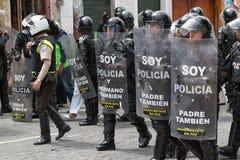 Policía antidisturbios detrás de los escudos al aire libre en Ecuador Fotografía de archivo libre de regalías