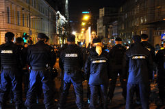Policía antidisturbios en alarma contra manifestantes antigubernamentales Fotografía de archivo libre de regalías