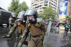 Policía antidisturbios en Chile Fotos de archivo