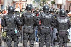 Policía antidisturbios en Inti Raymi en Ecuador Imágenes de archivo libres de regalías