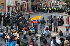 Policía antidisturbios en la calle en Ecuador que hace frente a la muchedumbre en Inti Raymi Fotografía de archivo