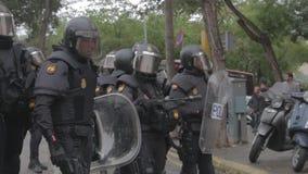 Policía antidisturbios española que forma una línea en Barcelona