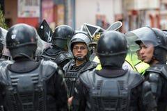 Policía antidisturbios que arregla un altercado en Ecuador Foto de archivo