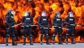 Policía antidisturbios y fuego Imagen de archivo libre de regalías