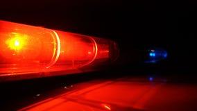Policía azul y lámpara roja que destella de giro en oscuridad almacen de metraje de vídeo