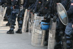 Policía con los blindajes Fotos de archivo