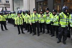 Policía de alboroto en recurso seguro en Londres central Imagen de archivo libre de regalías