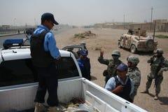 Policía de Iaqi de la verificación de los soldados del Ejército del EE. UU. en el punto de verificación Fotos de archivo