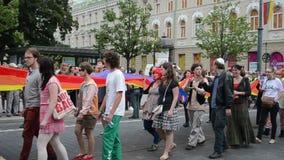 Policía de la bandera del orgullo gay almacen de metraje de vídeo