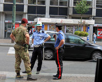 Policía de la calle,  de Ñ más arabinier y soldado de caballería Imagen de archivo