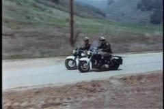 Policía de la motocicleta que persigue al sospechoso en la carretera nacional almacen de video