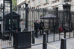 Policía de Londres en el Downing Street 10 Fotos de archivo libres de regalías