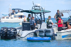 Policía de Miami-Dade en la bahía de Biscayne que comprueba el navegante Fotografía de archivo libre de regalías