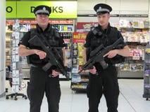 2 policía del aeropuerto en Glasgow Airport Imagen de archivo libre de regalías