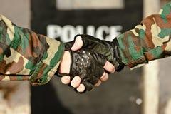 Policía del apretón de manos imagenes de archivo