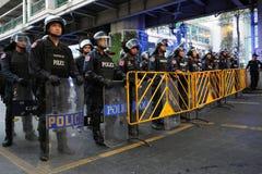 Policía del control de alboroto en una protesta en Bangkok Foto de archivo