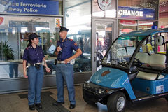 Policía dentro de la estación de tren Foto de archivo libre de regalías