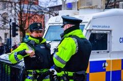 Policía en el centro de ciudad de Belfast durante la celebración 2018 del día del ` s de St Patrick Foto de archivo