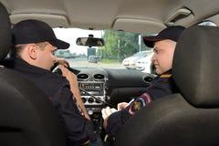 Policía en el coche patrulla Fotos de archivo libres de regalías