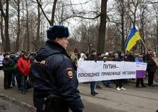 Policía en la acción en memoria de Boris Nemtsov Foto de archivo