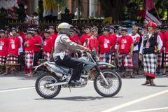 Policía en la motocicleta en la calle en la reunión de la pre-elección, el partido Democratic indonesio de lucha en Bali, Indones Foto de archivo
