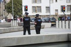 Policía en la patrulla en el edificio del parlamento, Edimburgo Imagenes de archivo