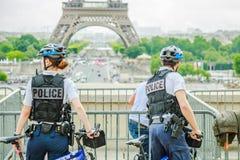 Policía en la torre Eiffel Foto de archivo