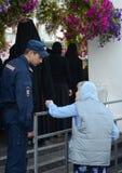 Policía en la vigilancia en el convento de Vvedensky Tolga durante el día del icono de Tolga Imagen de archivo