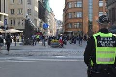 Policía en Riga, Letonia Imágenes de archivo libres de regalías